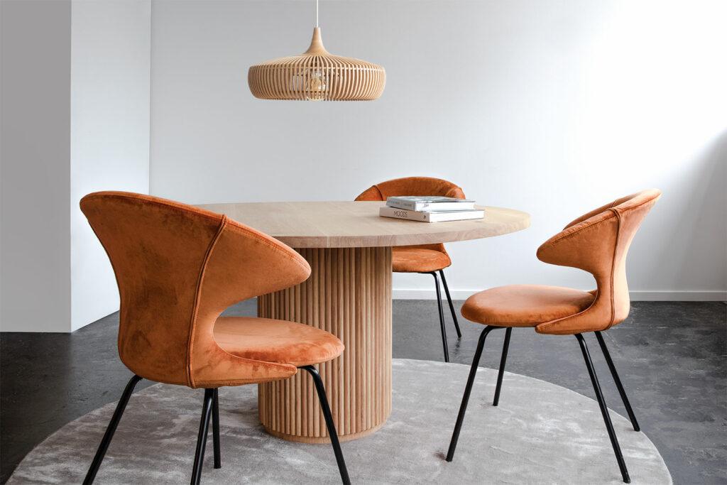 UMAGE 2 stoelen met tafel en lamp